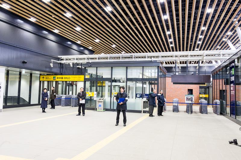 新幹線の改札口。右側は在来線への乗り換え改札