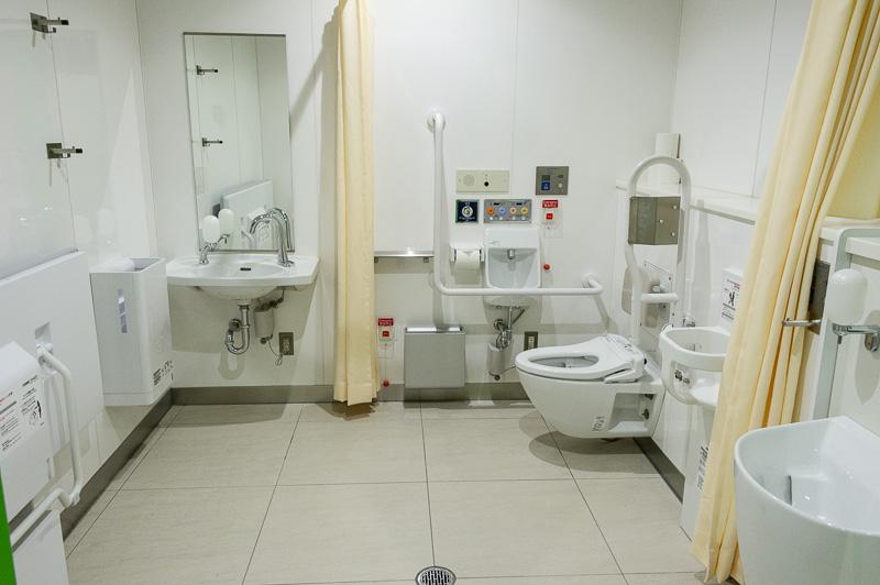 多目的用お手洗いの室内には、ベビーチェアやベビーシート、オストメイトなどが揃っている