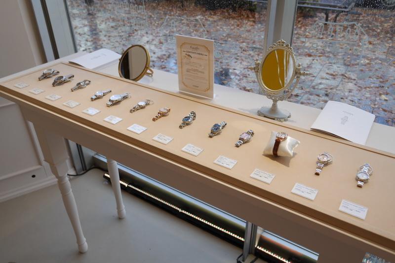 期間限定カフェでは、CITIZEN xCシリーズを多数展示し、実際に腕に装着して試せるようになっている