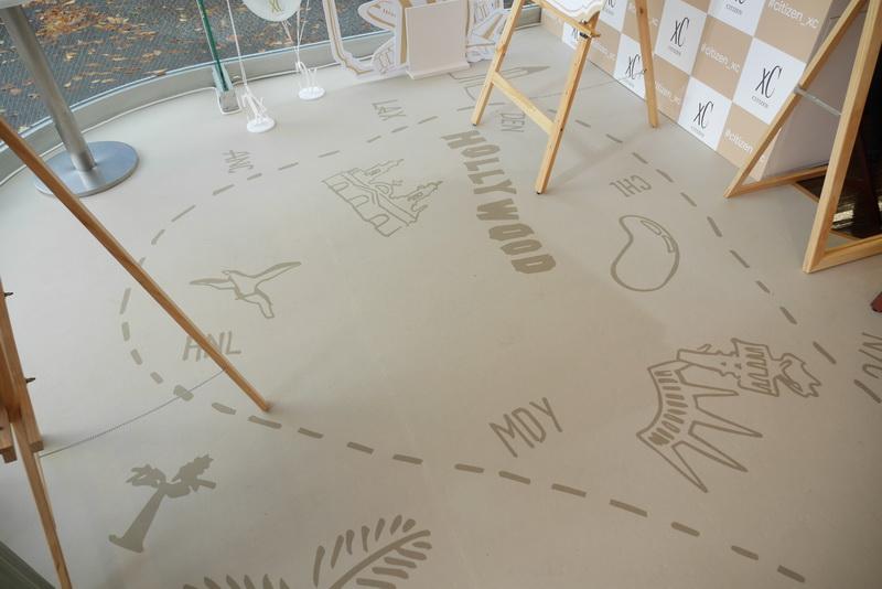 床には、ハッピーフライトをモチーフに、旅行をイメージしたイラストを採用