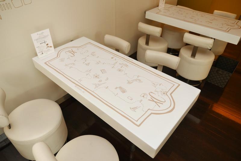 テーブルにも旅行をイメージしたイラストを採用している