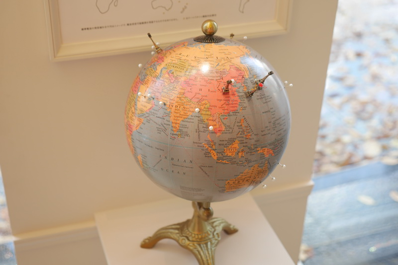 世界4地域での電波時計機能対応や、全24都市の時刻に対応するハッピーフライト機能を地球儀でアピール。店内はまさにハッピーフライト一色だ