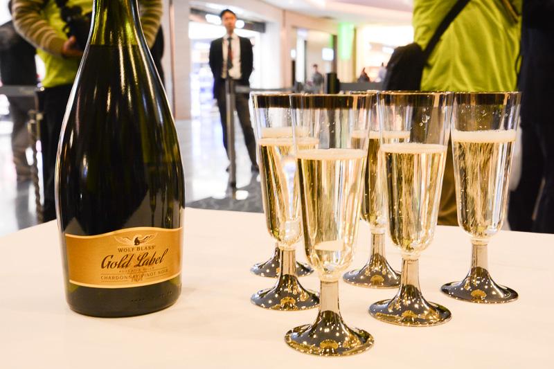 オーストラリア産スパークリングワイン「ウルフブラス ゴールドラベル ピノノワール シャルドネ」を搭乗前の乗客にふるまった