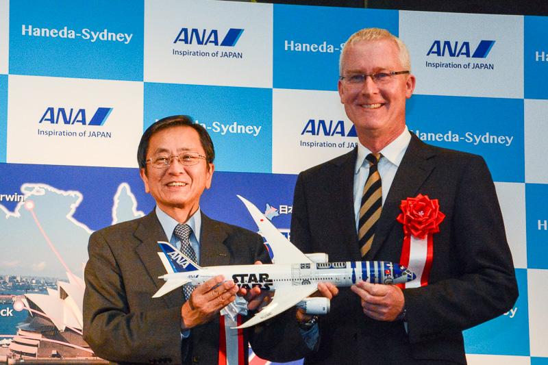 ANA篠辺社長からミラー大使へR2-D2 ANA JETのモデルプレーンがプレゼントされた