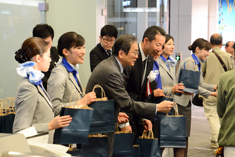 21時45分過ぎより搭乗を開始。篠辺社長や峯尾東京空港支店長らも乗客へ記念品を手渡した