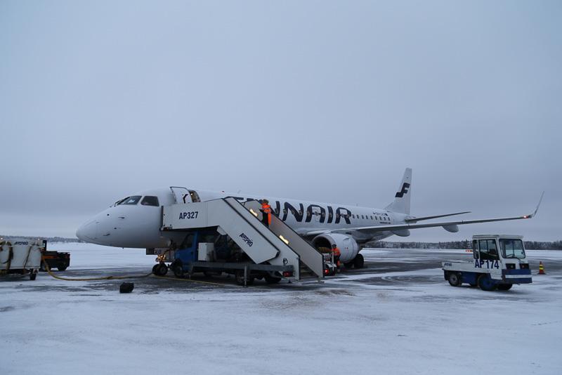 沖止めされた飛行機から雪の上をトコトコと歩いてターミナルへ向かうのも風情があってなかなかいいものです
