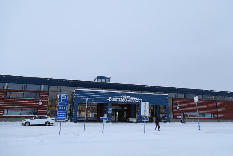 こちらが空港の表玄関。外側は北欧らしいシンプルかつモダンなデザイン。まわりは一面雪と森だけの世界
