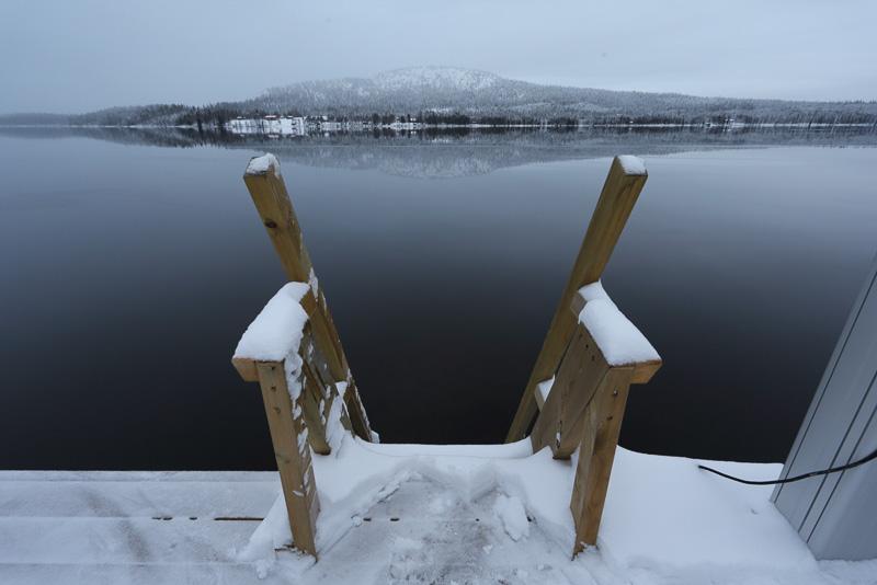 サウナ施設の多くが湖畔にありますので、火照った体はこの湖で冷まします。湖の中はその冷たさが気持ちよいのですが、実はそこに行くまでの足元は苦痛を伴うほど猛烈に冷たく、ビーチサンダルのようなものがないと結構キツイです(施設で用意してあるところも多いようです)