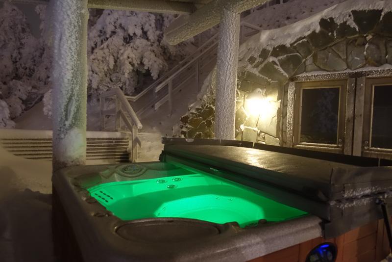 山頂のレストランのサウナはジャグジー付き。物足りない人はまわりの雪原に寝転ぶのもアリです