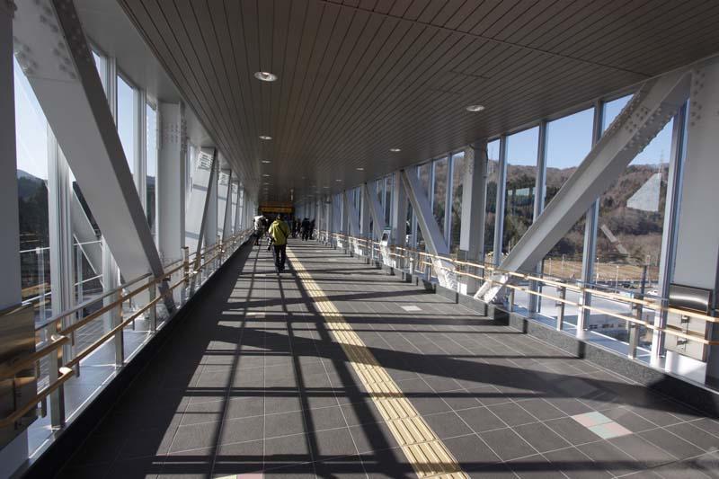 反対側、改札側からエレベータ方向。ガラス張りで見晴らしがよい