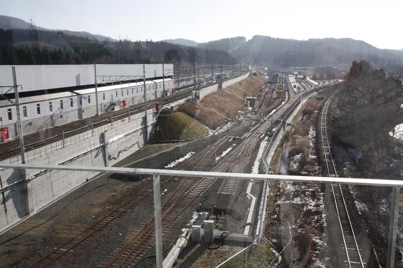 通路から新青森方面の眺望。北海道新幹線の保守基地がある。一番右側の線路はJR東日本津軽線