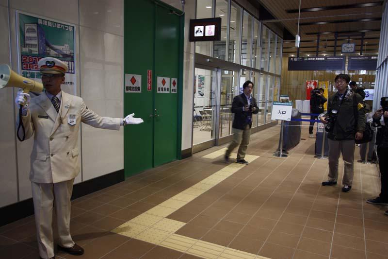 改札前。駅設備について説明を行なう、奥津軽いまべつ開業準備駅長 石沢透氏