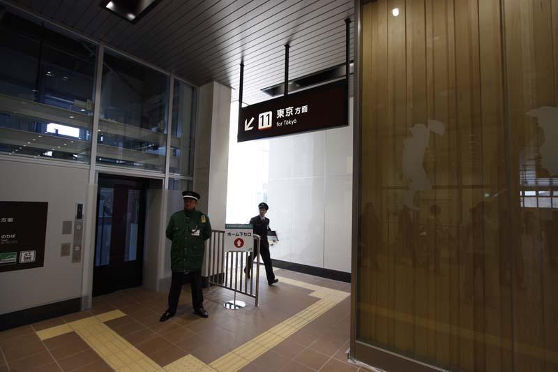 改札口からホームへの連絡は、エスカレータ、階段、エレベータが両ホームに各1機ずつ設置されている