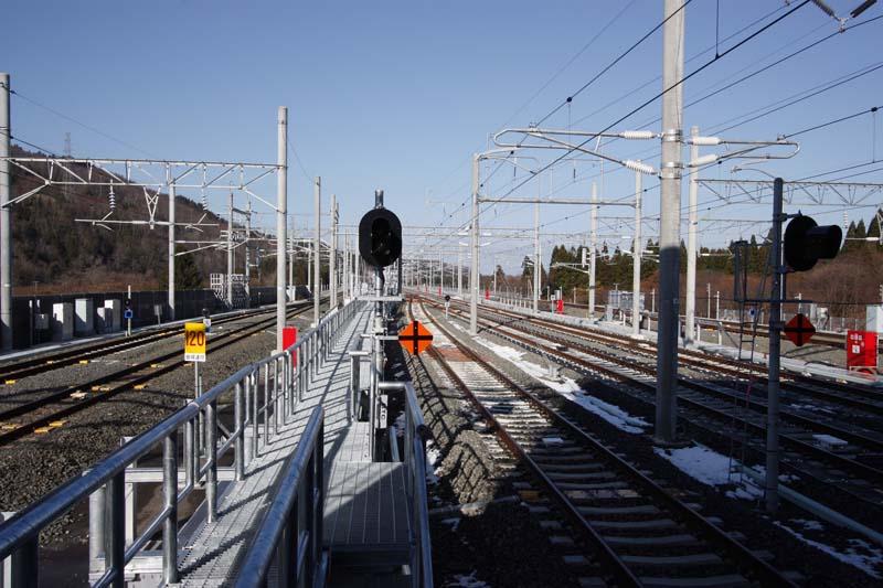 ホーム先端から青函トンネル・新函館北斗方面の眺望。中央の3線が新幹線、両側の各2線は在来線。海峡線は新幹線、在来線共用区間であり、この駅の前後は三線軌条となっている