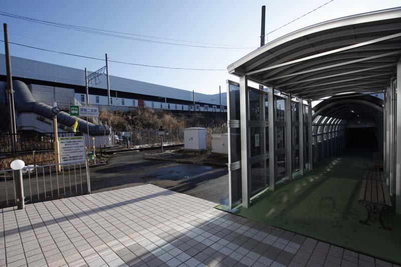 駐車場を抜けるとJR東日本津軽線の津軽二股駅に出られる。旧津軽今別駅に上がる階段はすでに閉鎖されている。津軽今別の駅名表示はまだ残されていた