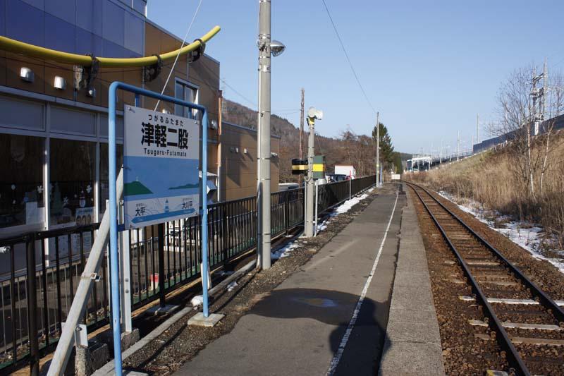 津軽二股駅は単線の無人駅である。新幹線駅とは対照的に静かなローカル駅といった感じだ