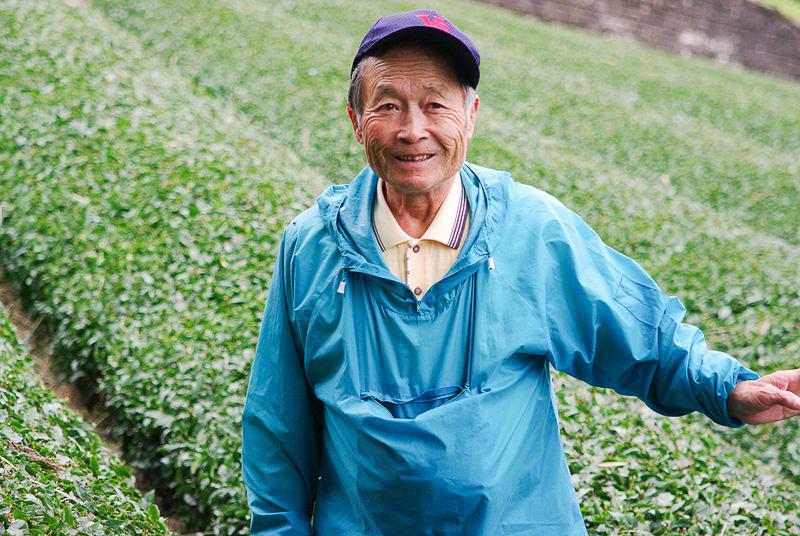 茶葉の栽培について語る太田昌孝代表取締役