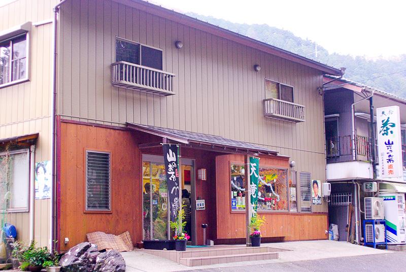 「カネタ太田園」の直売所ではお茶の販売や試飲を行なっている
