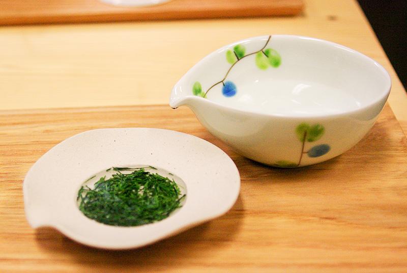 ささらのくぼみに湯冷ましのお湯を入れ、茶葉が開くのを待つ