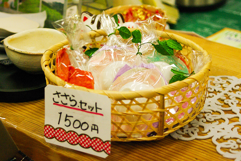 「七徳茶皿」のセットと品評会を受賞した最高級の茶葉は直売所で販売されている