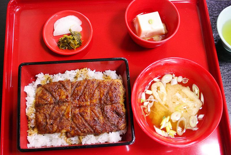 精進うな重。ごま豆腐とお揚げの味噌汁、香の物がつく。見た目はうな重そのものだ