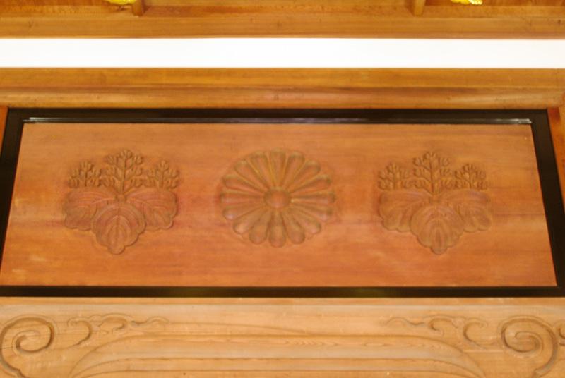 菊と五七の桐、両方の紋が入っているのは、寺を開いた無文元選禅師が天皇家の生まれのため