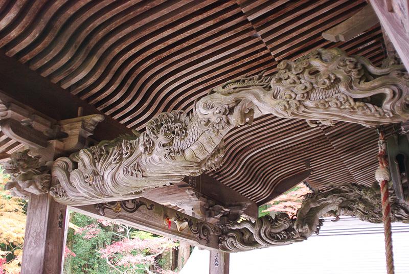 一木彫りの龍が2匹で一対になっている「昇り龍下り龍」