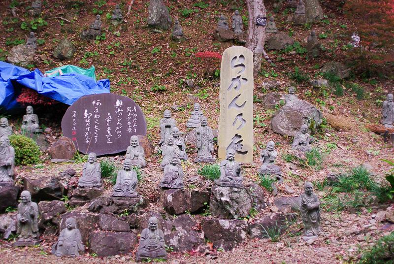本堂の裏にある「らかんの庭」、左の石碑には与謝野晶子の歌が刻まれている