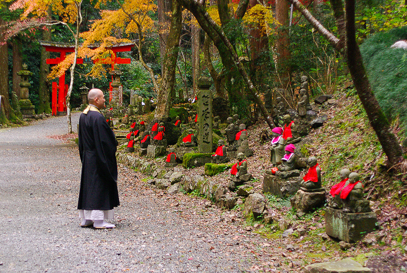 鳥居と僧侶と羅漢という不思議な組み合わせの風景も方広寺ならでは