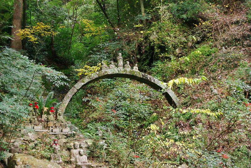 参道の脇や石橋の上に鎮座する羅漢
