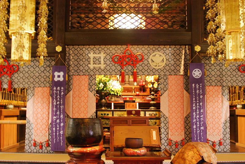 井伊家の菩提寺だけあって本堂には「井」の字の家紋も