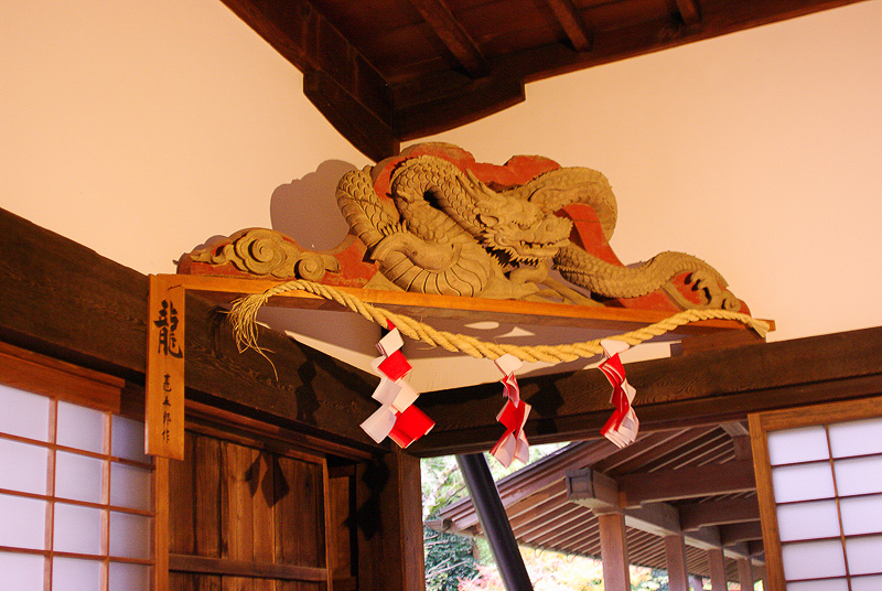 ひげを抜かれた龍をかたどった左甚五郎の「恙(つつが)なしの彫刻」。もともとは大仏殿に使われていたという