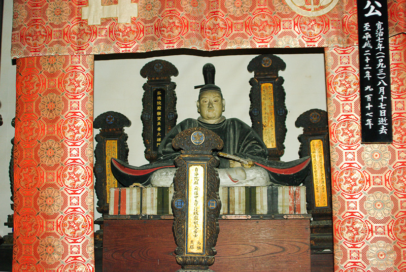 井伊家霊屋にある井伊家の初代当主の井伊共保の像