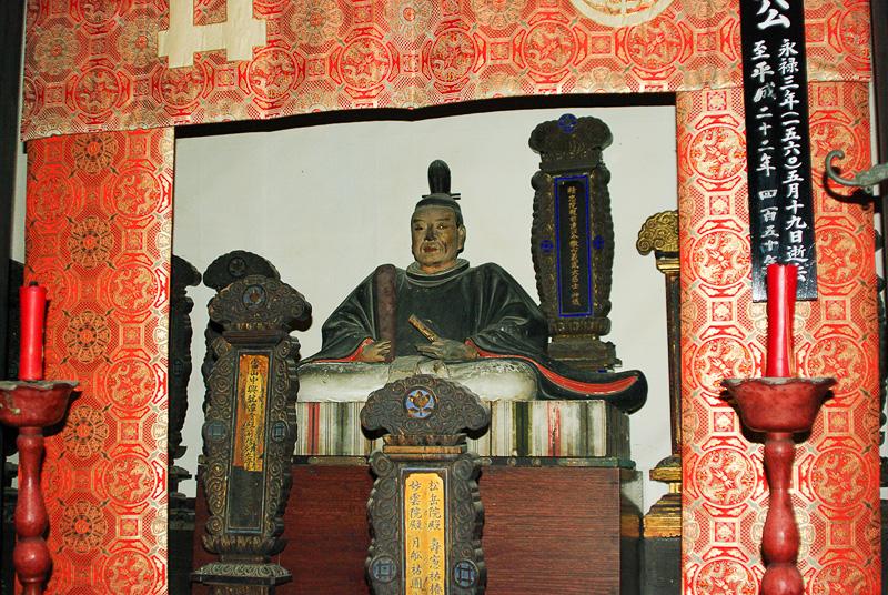 龍潭寺の名前の由来にもなった22代当主、井伊直盛の像