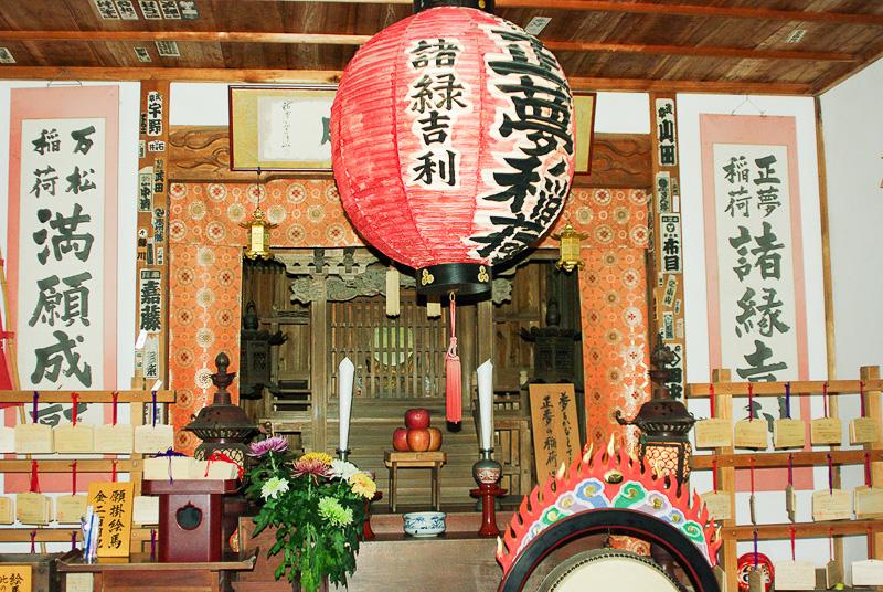 お寺の中にある稲荷堂。見た夢が正夢になると言われている