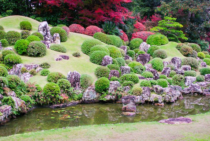 小堀遠州による「龍潭寺庭園」。奥の大きい石が守護石だ