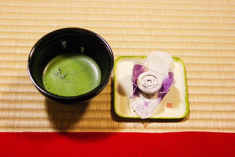 井伊家の歴史に触れ、庭園を見学した後は抹茶とお菓子でひと息