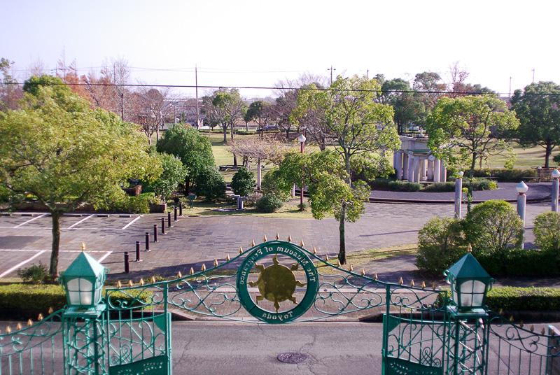 磐田市香りの博物館の2階からは香木が植えられた「香りの公園」が見える