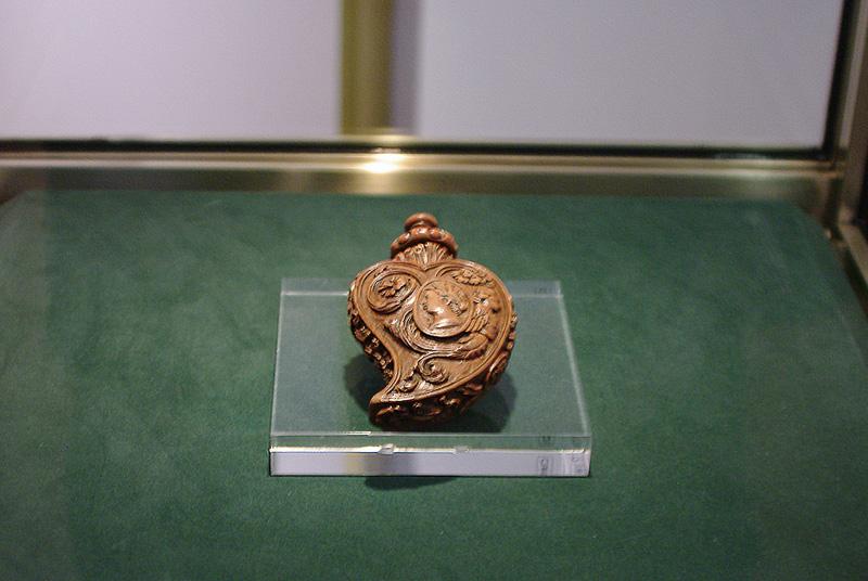 香炉や香水瓶などの香りにまつわる工芸品が展示されている