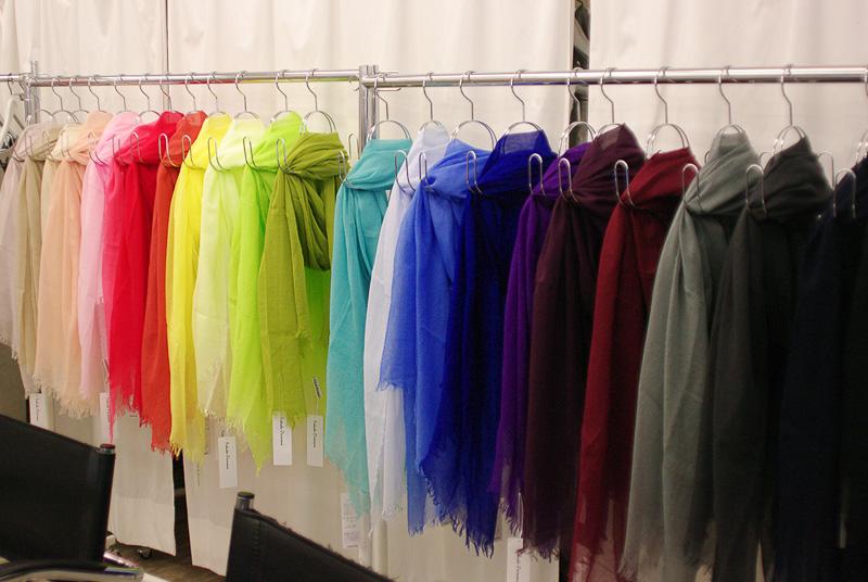 さまざまな色彩の光透けるストールが並ぶ福田織物のショールーム
