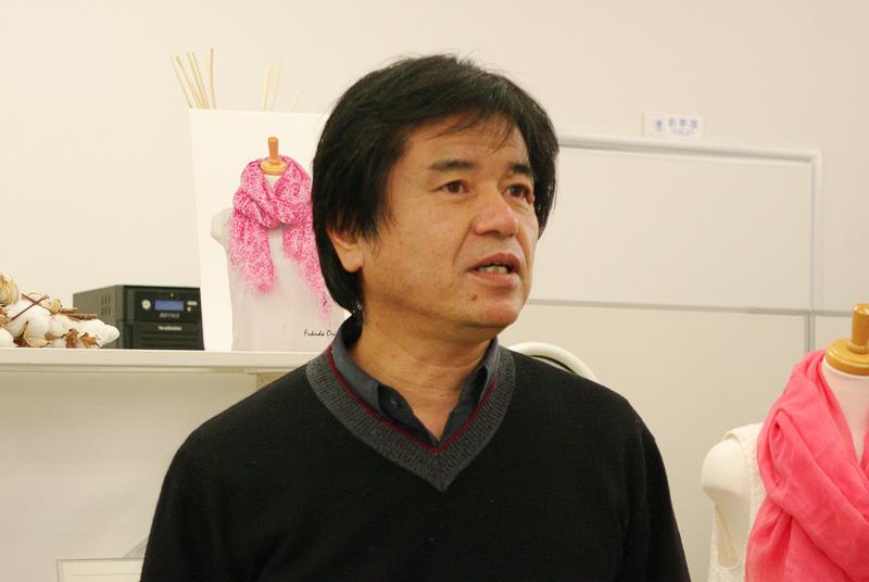 光透けるストールの開発の道のりを語る福田織物の福田靖代表