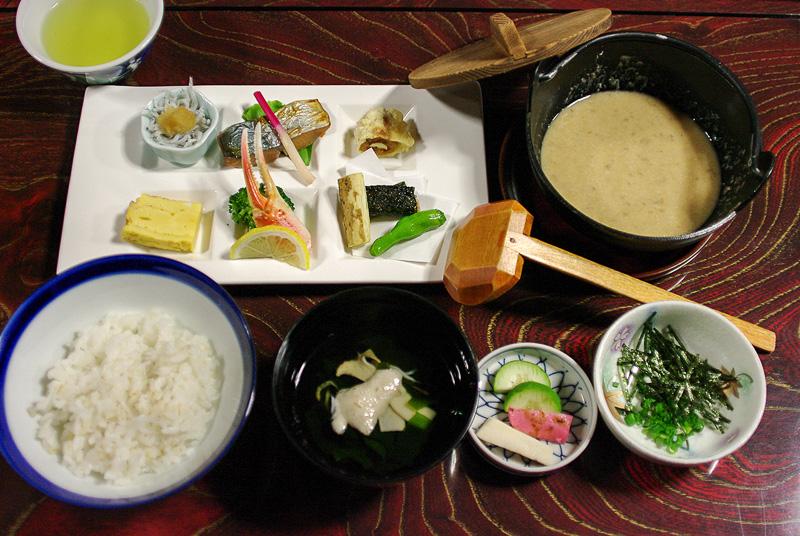 「八百甚」の「いも汁」。自然薯を活かした料理や静岡ならではの料理もセットになっている