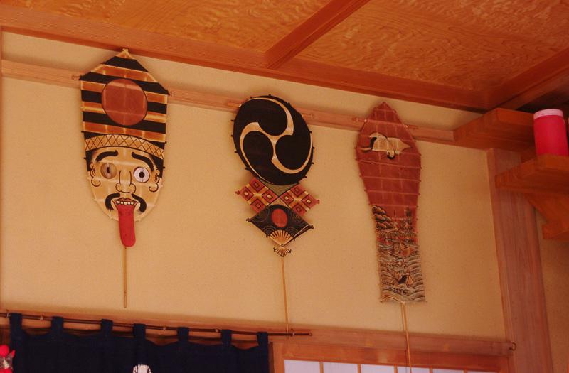 「やなせ提灯店」ではさまざまなデザインの遠州横須賀凧と提灯が置いてある