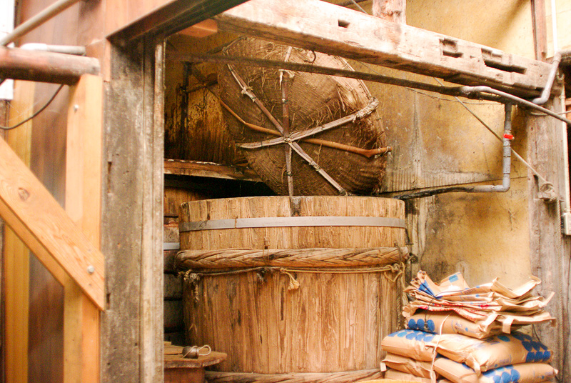 塩水を作るための樽とざる。ざるに塩を入れて樽に浮かべるだけでかき混ぜなくても塩水ができる