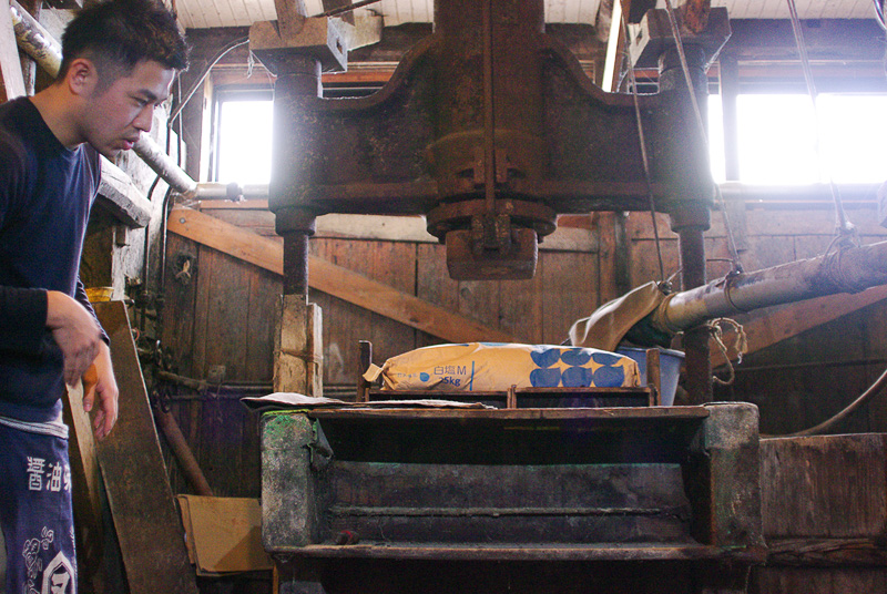 発酵が終わったものを袋に入れて「ふね」へ。袋の自重と重石で醤油を絞る