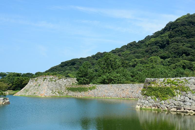 左に見えるオレンジのコーンが建てられている場所が天守台跡
