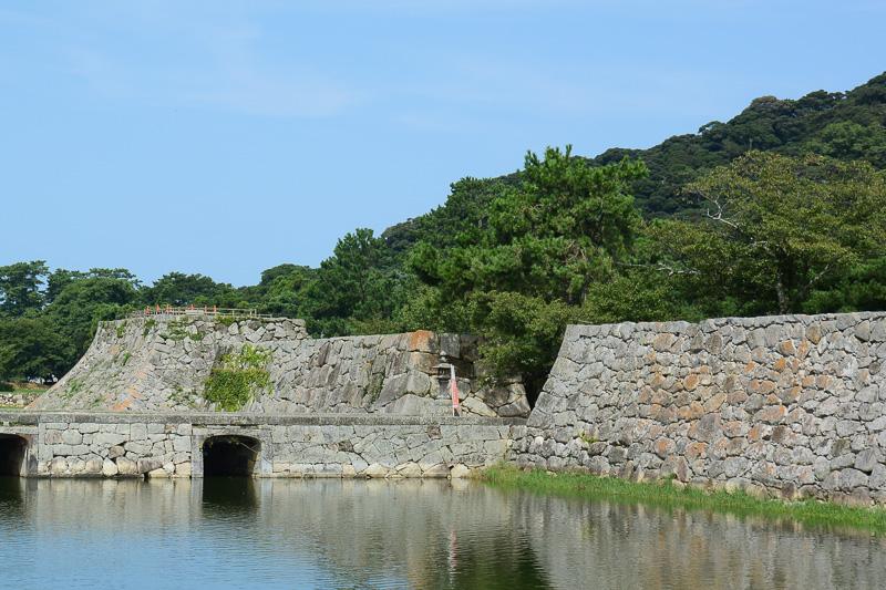 橋とその両脇の石垣、天守台の石垣といった具合に、石の形が組み方が微妙に違っていて興味深い