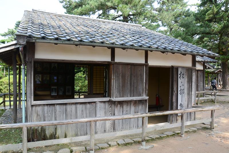 松下村塾を草書で書いた札が目を引く