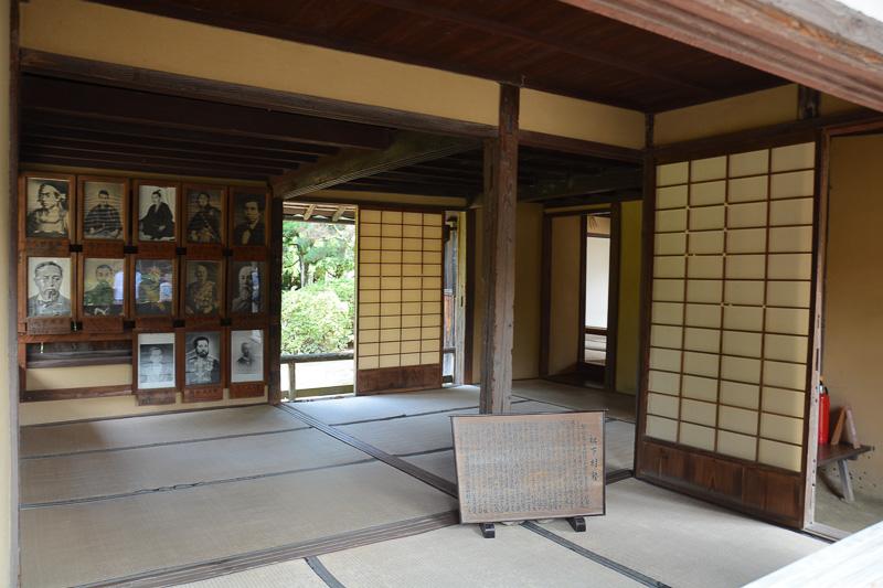 吉田松陰ほか松下村塾で学んだ志士、著名人の肖像が飾られていた