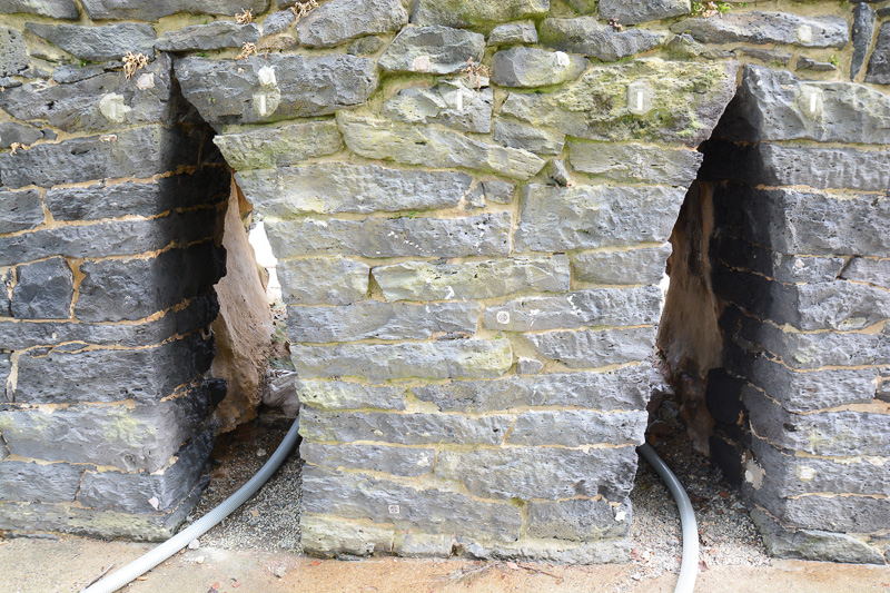 トンネルの裏手側。熔解室(路床)で解けた鉄が流れ出てくる出湯口や、のぞき窓がこちら側にあった